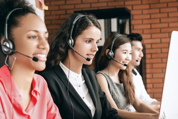 Team di servizio clienti di telemarketing per call center internazionale che lavora in ufficio