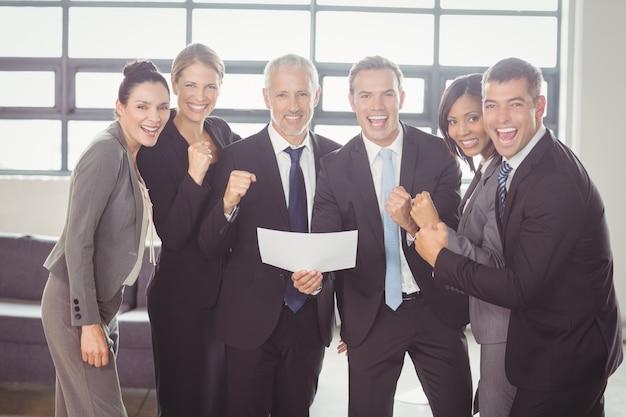 Team di uomini d'affari con certificato