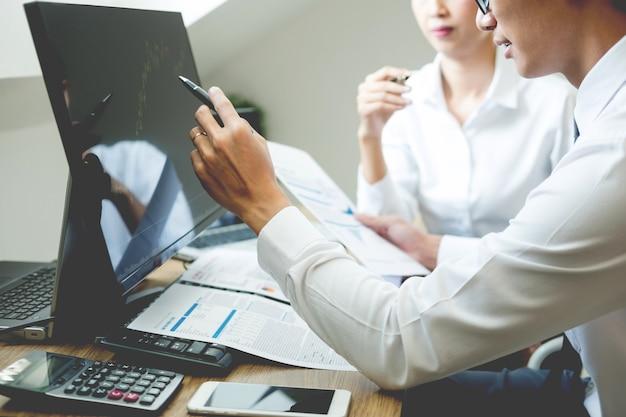 Team investment entrepreneur discutendo e analisi trading grafici e grafici sul computer