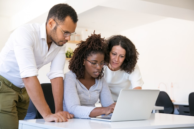 Team multietnico che collabora al progetto