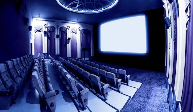 Teatro del cinema che mostra lo schermo di film bianco vuoto