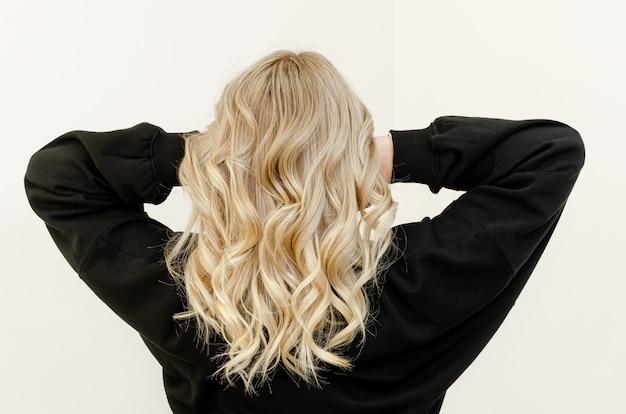 Tecnica airtouch moderna e alla moda per la tintura dei capelli. guarda da dietro