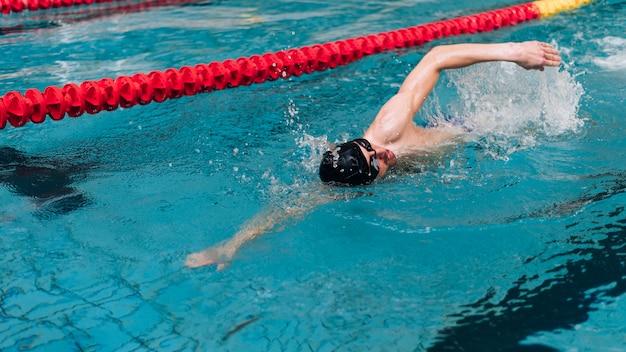 Tecnica di nuoto ad alto angolo su un lato