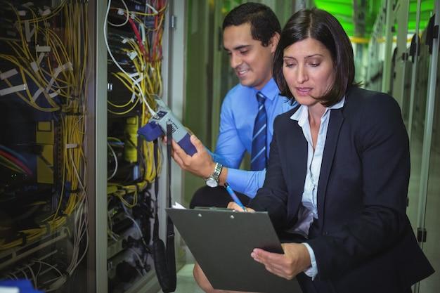 Tecnici che analizzano il server montato su rack