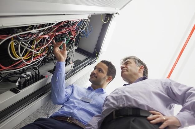 Tecnici che controllano i fili del server