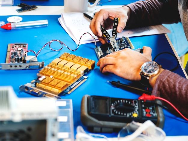 Tecnici che lavorano su parti elettroniche