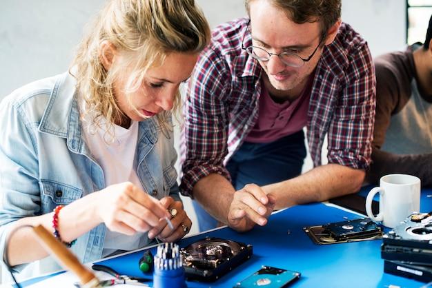 Tecnici che lavorano sul disco rigido del computer