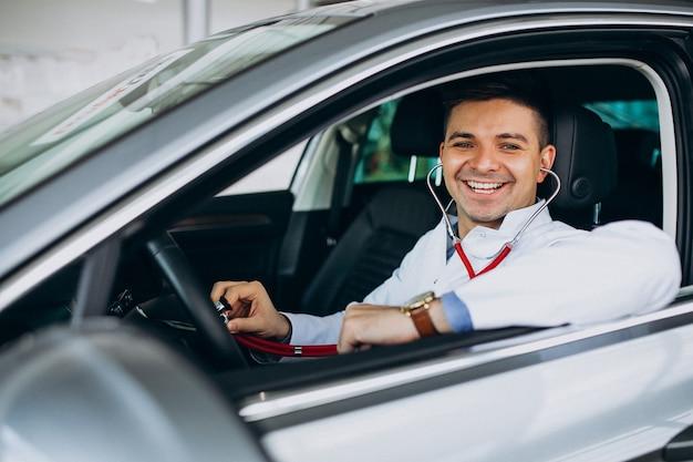Tecnico auto con stetoscopio in un autosalone