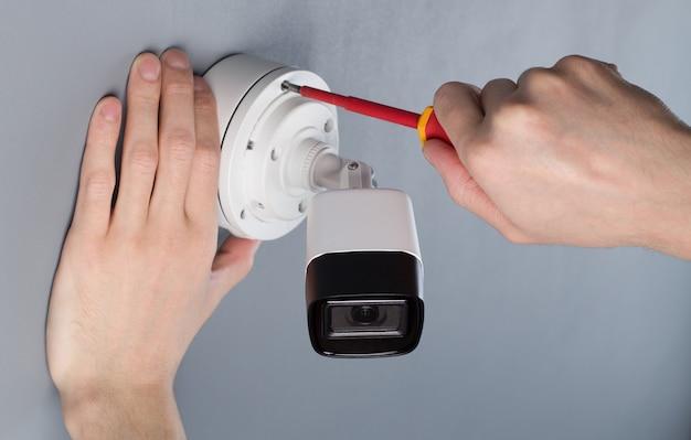 Tecnico che installa la sicurezza video della telecamera cctv