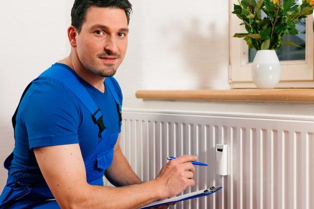 Tecnico che legge il contatore di calore