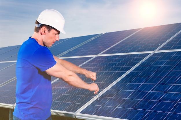 Tecnico che mantiene i pannelli solari