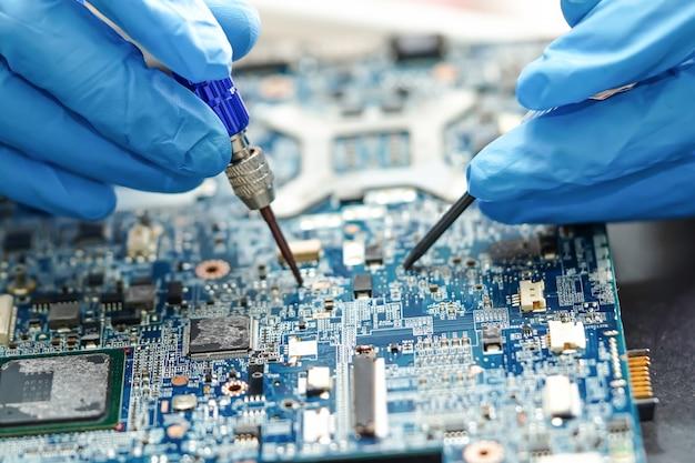 Tecnico che ripara il computer di bordo principale