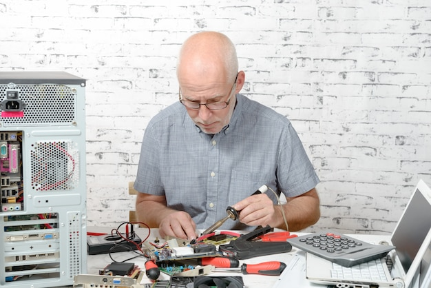 Tecnico che ripara l'hardware del computer