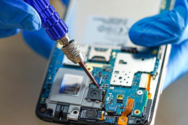 Tecnico che ripara micro circuito dello smartphone
