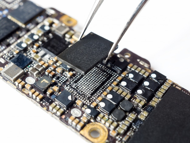 Tecnico che sostituisce il potere ic della scheda madre dello smartphone
