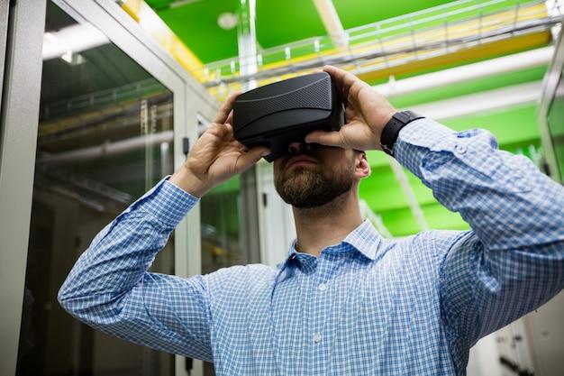 Tecnico che utilizza le cuffie da realtà virtuale