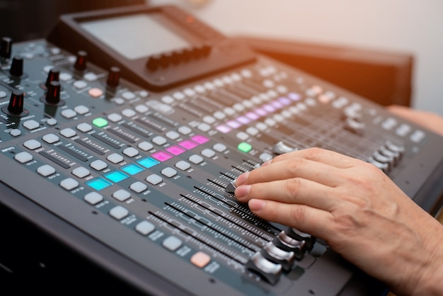 Tecnico del suono dj. console di missaggio. data di registrazione del suono in studio. amplificatore per altoparlanti per apparecchiature audio