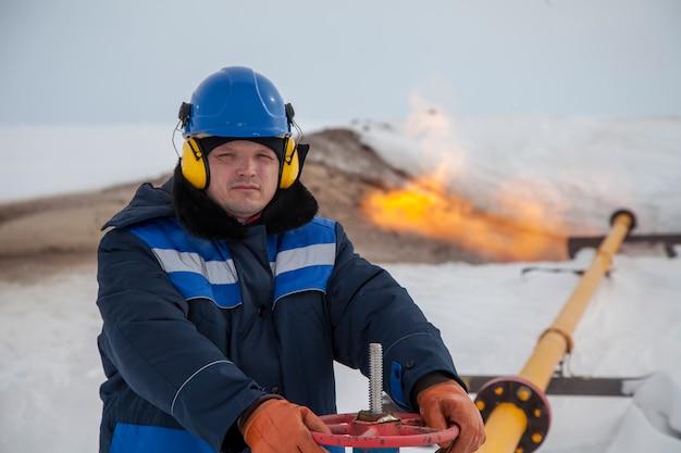 Tecnico dell'operatore, gas di produzione, un pozzo di gas in modalità tecnologia.