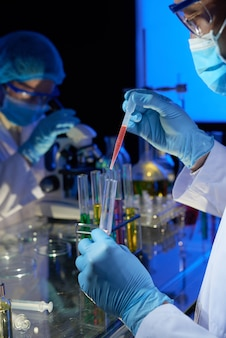 Tecnico di laboratorio che lavora al vaccino