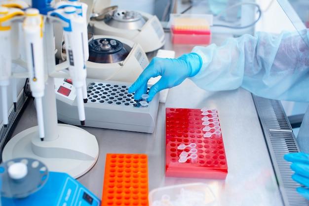 Tecnico di laboratorio con un distributore in mano