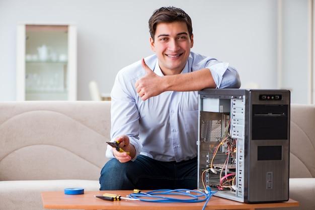 Tecnico informatico che ripara il desktop computer rotto del pc