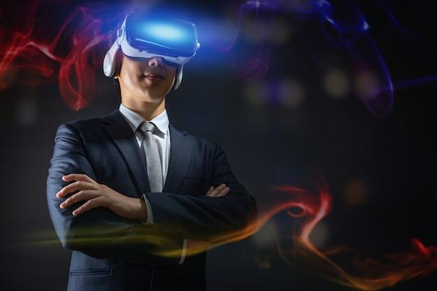 Tecnologia e concetto di innovazione di business digitale, uomo d'affari con gli occhiali di occhiali per realtà virtuale