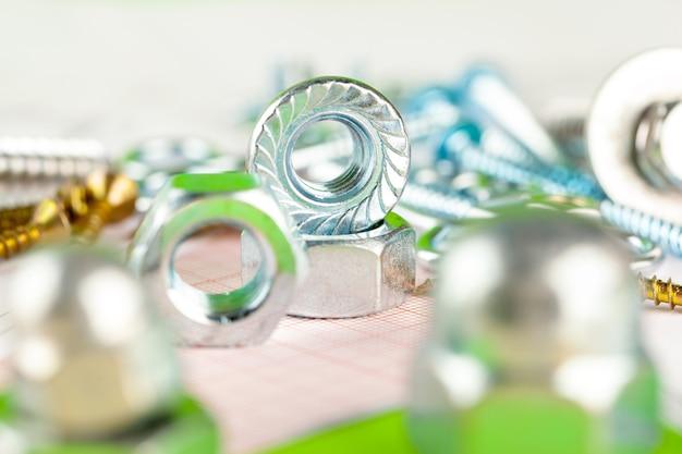 Tecnologia e lavorazione dei metalli. bullone e dado in metallo