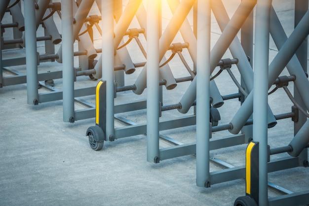 Tecnologia gate steel recinzione retrattile