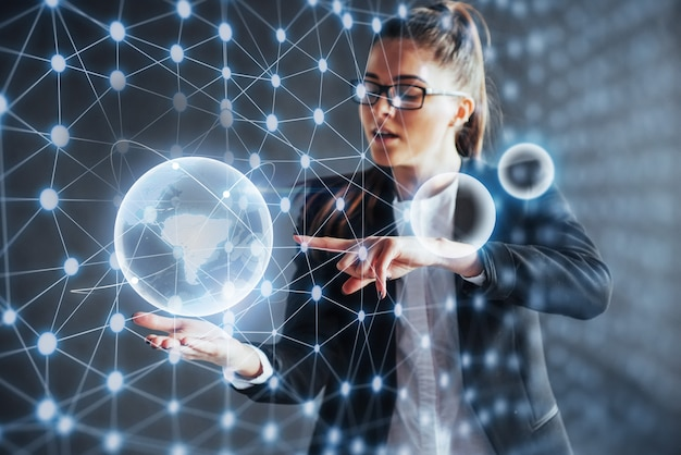 Tecnologie moderne, internet e rete - uomo in abiti d'affari, preme il pulsante