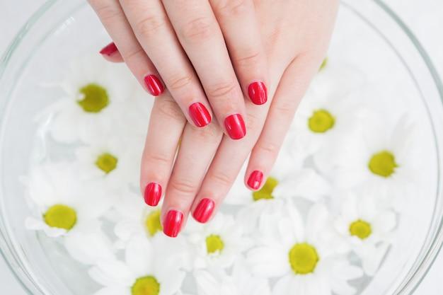 Ted ha dipinto unghie e una ciotola di fiori