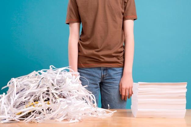 Teen con un mucchio di carta straccia