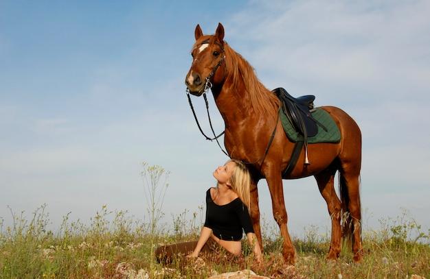 Teen e cavallo in campo