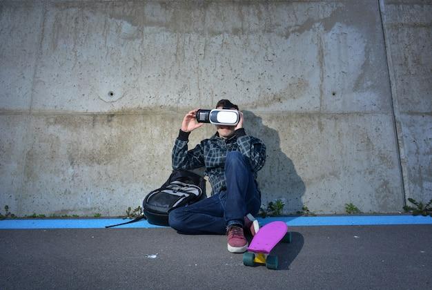Teenager giocando con gli occhiali della realtà virtuale