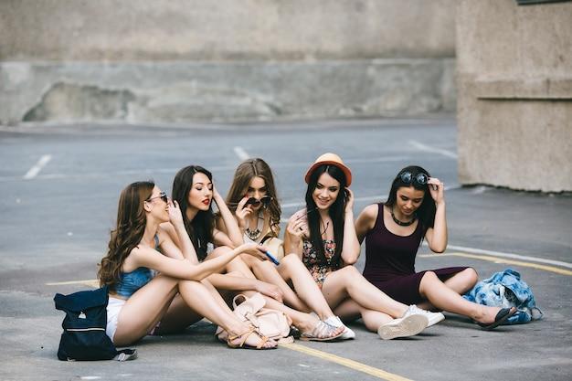 Teenager mostrando il suo cellulare ai suoi amici