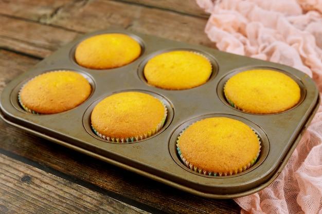 Teglia da forno sei pezzi con cupcakes al forno.