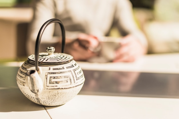 Teiera cinese tradizionale con un coperchio sul tavolo alla luce del sole