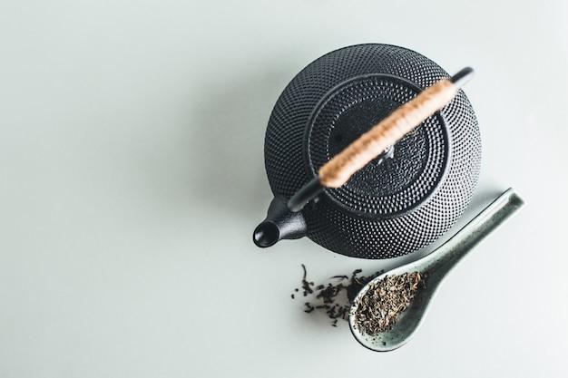 Teiera con tè sul tavolo luminoso