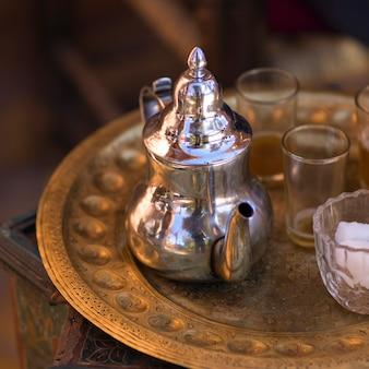 Teiera d'argento con gli occhiali su un vassoio, ouarzazate, marocco