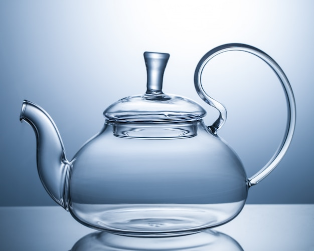 Teiera di vetro vuota su grigio