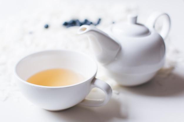 Teiera e tazza in porcellana bianca perlata