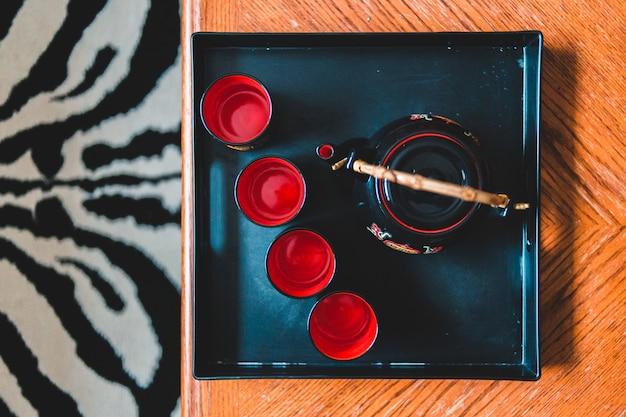 Teiera sul vassoio sulla tavola di legno