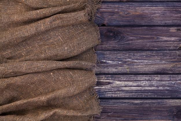 Tela da imballaggio su legno scuro, vista dall'alto