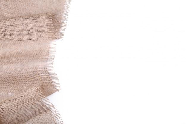 Tela di sacco naturale isolata su fondo bianco. tela su bianco