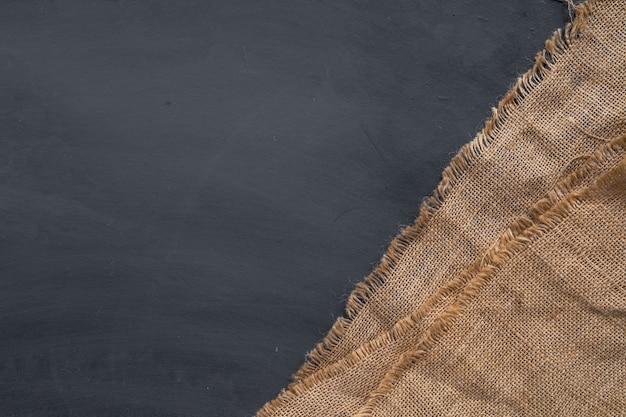 Tela di sacco sulla vecchia superficie nera