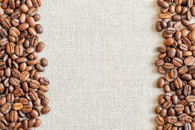 Tela e chicchi di caffè sullo sfondo.