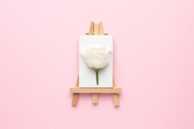 Tela per pittura con fiore bianco su rosa