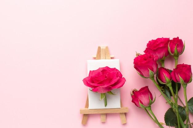 Tela per pittura con fiori di rose su rosa