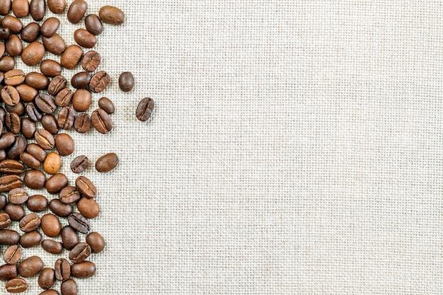 Tela tela di sacco tela e chicchi di caffè foto copia spazio. confine di caffè