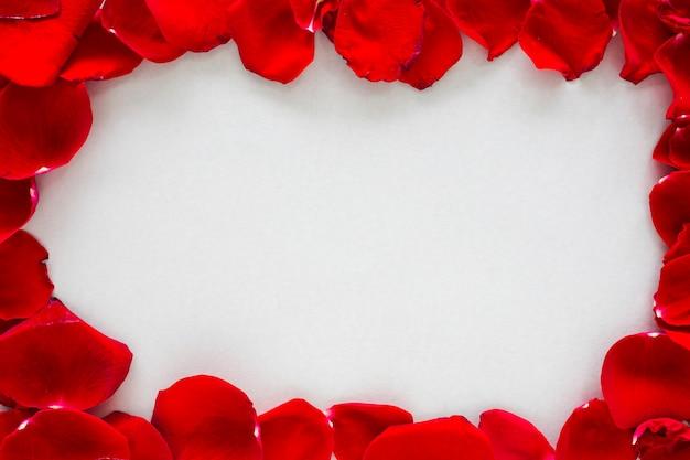 Telaio composto da petali di rosa sul tavolo