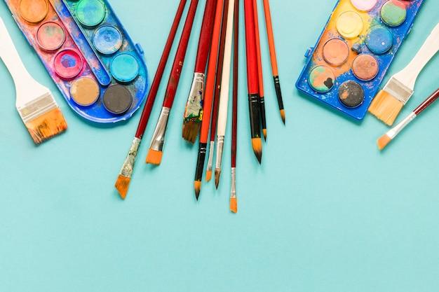 Telaio con strumenti dell'artista sulla scrivania